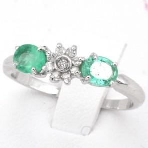 Anello fascia oro, margherita circolare diamanti - 0.12 ct- e smeraldi - 0.90 ct; 2.38 gr