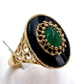 Anello ovale in stile vintage oro traforato, onice, smeraldo. 5.52 gr.