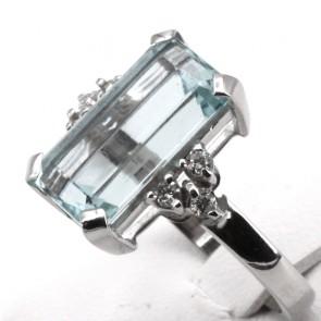 Anello oro, maxi acquamarina rettangolare - 5.89 ct - e diamanti - 0.28 ct; 5.58 gr