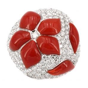Anello cupola corallo rosso sagomato, oro e diamanti