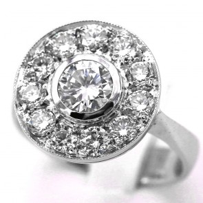 Anello toppa circolare con diamante solitario - 0.86 ct - e diamanti laterali - 0.80-0.90 ct - G-SI; 13.3 gr