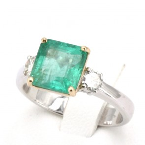 Anello fascia oro, 2 diamanti - 0.40 ct- e smeraldo - 3.22 ct; 5.32 gr