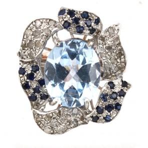 Anello in stile maxi fiore oro, topazio azzurro e diamanti;
