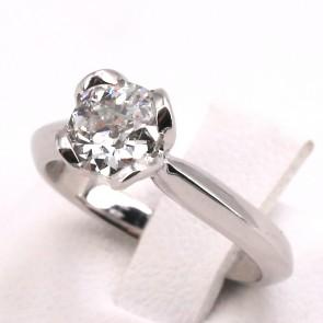 Anello solitario, montatura a 4 petali, oro e diamante - 0.90 ct; 4.1 gr