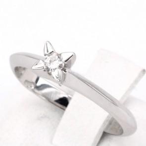 Anello solitario, montatura 4 griffes triangolari, oro e diamante - 0.08-0.10 ct; 3.09 gr