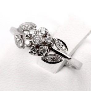 Anello fiore, oro e diamanti - 0.25 ct; 2.7 gr
