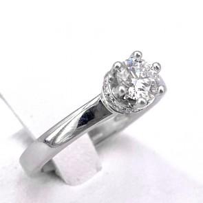 Anello solitario con diamante da 0.42 ct, montatura a 6 griffes con cornice di diamanti per 0.10 ct; 4.55 gr