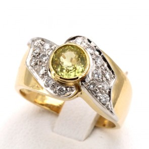 Anello fascia in oro giallo con zaffiro giallo -0.97 ct- e diamanti -0.25-0.30 ct; 6.29 gr.