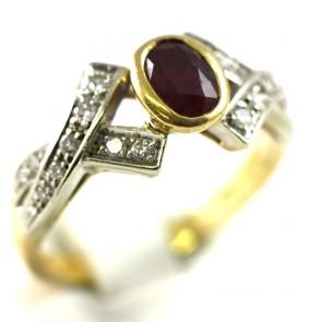 Anello fascia in stile oro, rubino -0,25 ct- e zirconi; 5 gr