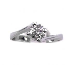 Anello solitario, montatura a 4 griffes, oro e diamante -