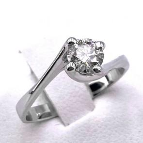 Anello solitario, montatura a 4 griffes, oro e diamante - 0.50 ct; 2.64 gr