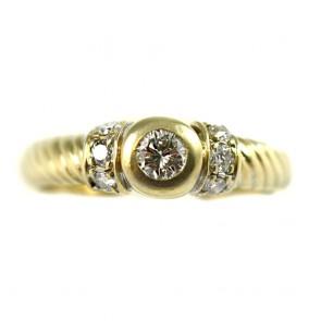 Anello solitario, oro e diamanti taglio brillante - solitario per 0,22-0,25 ct + 0,15 ct-0,18 ct laterali; 5,2 gr