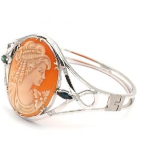Bracciale cerchio rigido oro, cammeo, zaffiri -0.55 ct e diamanti - 0.10 ct - 30.29 gr; 6 cm x 5 cm