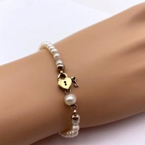 Bracciale da 17.5 cm di perle - 4 mm- con chiusura cuore e chiavetta oro; 6.66 gr