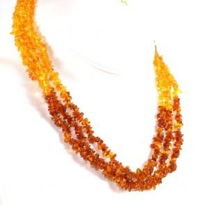 Collana a 3 fili ambra bicolore a sassolini irregolari, 4-7 mm - 28.46 gr; 50 cm