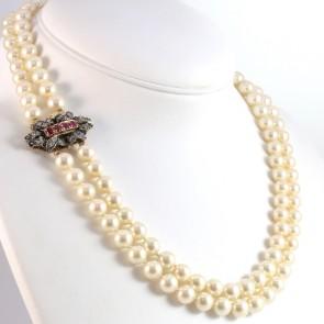 Collana in stile doppio filo perle sintetiche - 9 mm- e oro, diamanti -1.10-1.15 ct- e rubini -0.80 ct - 60 cm; 119 gr
