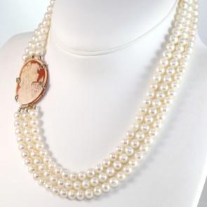 Collana in stile a 3 fili di perle - 7 mm- oro e maxi cammeo - 50 cm; 118.6 gr