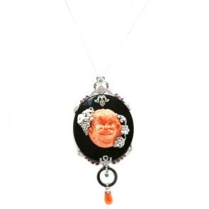 Ciondolo maxi artistico in stile oro, lastrone onice, scultura corallo, diamanti e pietre di colore; 68 gr