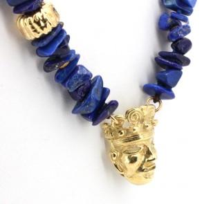 Collana di sassi di lapis e oro, con maschera.  78.7 gr; 74 cm
