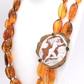 Maxi collana doppia ambra naturale, sassi 1.3-5 cm. Con cammeo artistico e peridoti. 80 cm filo interno; 285 gr