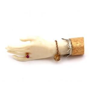Spilla mano antica scultura avorio, oro, rubino e topazi - 12.5 gr; 5.6 cm.