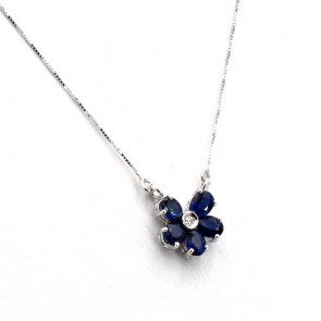 Ciondolo fiorellino oro, zaffiri -1.30 ct- e diamanti -0.02 ct- 1 cm - 44 cm; 1.6 gr