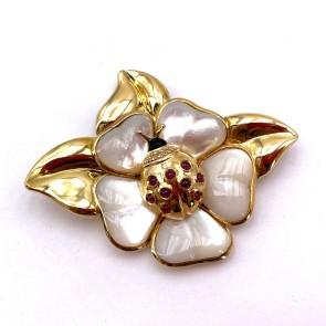 Spilla scultura coccinella su fiore in oro, madreperla,