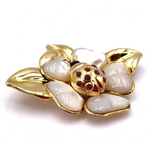 Spilla scultura coccinella su fiore in oro, madreperla, onice, brillanti e rubini -  31.3 gr