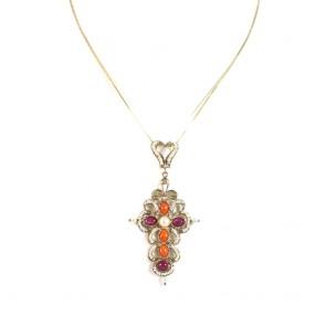 Ciondolo croce artistica in stile oro,  rubini, coralli e microperle; 5,5 gr