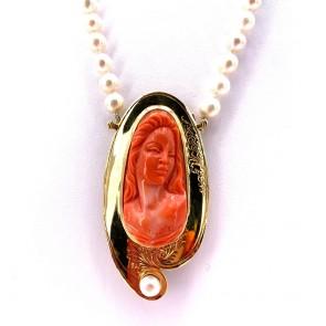Collana artistica da 50 cm di perle - 6-7 mm- con spettacolare chiusura spilla cammeo in oro e corallo; 53.76 gr