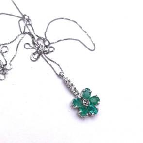 Ciondolo fiorellino oro, smeraldi -1.10 ct- e diamanti -0.06 ct- 2 cm x 1 cm - 44 cm; 1.90 gr