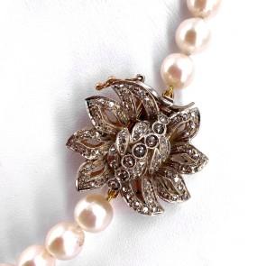 Collana da 47 cm di perle - 9-10 mm- con spettacolare chiusura fiore in stile oro e diamanti - 0.90-1.00 ct; 64.93 gr