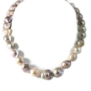Collana girocollo di perle sul violaceo baroccate
