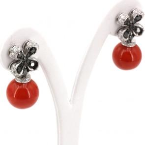 Orecchini pendenti oro, corallo rosso e quadrifogli diamanti bianchi - 1.59 ct- e diamanti neri -1.95  ct; 16.49 gr; 3 cm