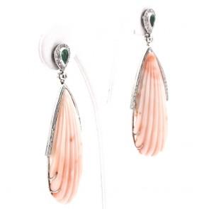 Orecchini pendenti oro, maxi gocce corallo rosa, smeraldi -1.30 ct- e diamanti - 0.80 ct; 28.18 gr; 6.9 cm
