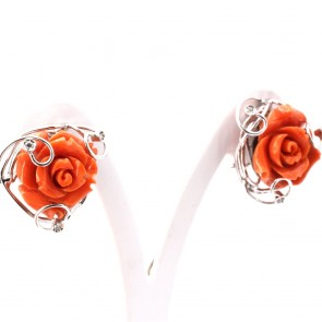 Orecchini oro con sculture a rose di corallo color salmone e diamanti -0.24 ct; 21.72 gr; 2.6 cm