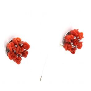 Orecchini circolari al lobo oro con sculture a roselline di corallo rosso e diamantini- 11 gr; 2 cm