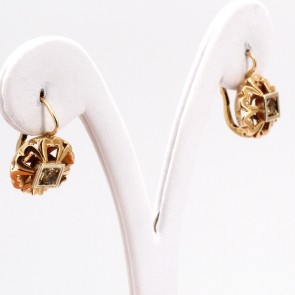 Orecchini pendenti oro antichi, con zirconi. 1.9 cm; 5 gr.
