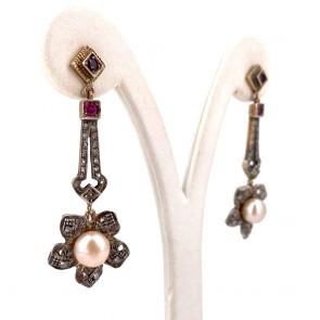 Orecchini pendenti vintage, in stile antico, perle -8 mm- rubini - 0.35 ct- e diamanti - 0.30 ct; 12.63 gr - 5.4 cm