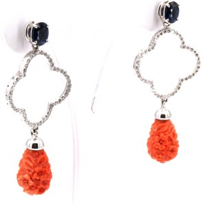 Orecchini pendenti oro, gocce di corallo rosa inciso, zaffiri - 3.0 ct-  e diamanti -1.80 ct; 15.5 gr; 6 cm