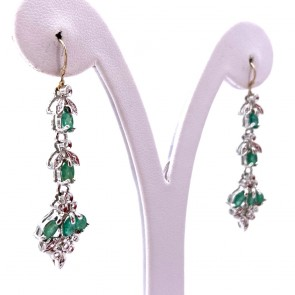 Orecchini pendenti simil oro, argento, smeraldi - 1.8-2.0 ct - e mini diamantini; 6.8 gr - 5.3 cm