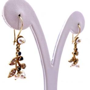 Orecchini pendenti in stile in oro, perline,  zaffiri -0.40-0.50 ct- e zirconi. 3.9 cm; 5.05 gr