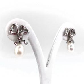 Orecchini pendenti, con fiocchi in stile, argento, oro, perle e diamanti - 6.71 gr; 2.7 cm