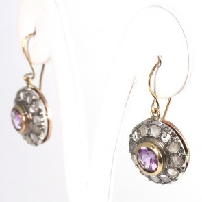 Orecchini toppe-margherite circolari in stile, oro, diamanti -1-1.05 ct- e ametiste -2.8 cm; 4 gr