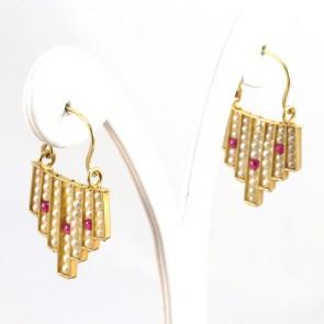 Orecchini pendenti in stile, oro, microperle e rubini -0.40 ct-  3.6 cm; 7.4 gr