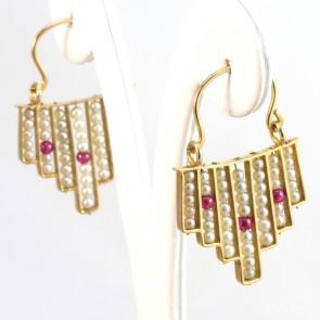 Orecchini pendenti in stile, oro, microperle e rubini