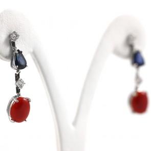 Orecchini pendenti oro, corallo rosso, zaffiri -2.20 ct-  e diamanti -0.45 ct; 5.1 gr; 3.3 cm