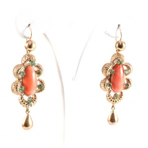 Orecchini oro pendenti maxi in stile, con corallo rosa e smeraldi - 1.70 ct; 13 gr; 6.3 cm