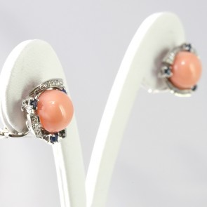 Orecchini al lobo oro, corallo rosa, zaffiri - 0.35 ct-  e diamanti -0.18 ct; 7.4 gr; 1.9 cm