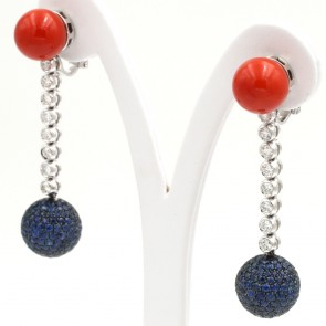 Orecchini pendenti oro, corallo rosso, zaffiri -10.40 ct-  e diamanti -2.21 ct; 24.35 gr; 6 cm